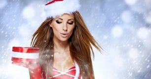 Gåva för jul för håll för julkvinnastående. arkivbilder