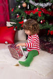 Gåva för jul för litet barnpojkeöppning Royaltyfri Foto