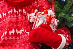 Gåva för jul och för nytt år i jultomten händer royaltyfria foton