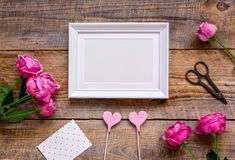 Gåva för kvinna med pionen, ram, utrymme för bästa sikt för hjärtor för text arkivfoto