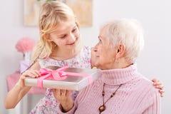 Gåva för mormor royaltyfria foton