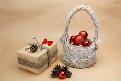 Gåva för nytt år med röda bubblor och pinecones Royaltyfri Foto