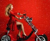 Gåva för sparkcykel för cykel för motorcykel för elbil för kvinnaritt ny för det nya året 2019 i röd klänning på förvånad röd bak arkivbilder