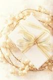 Gåva för vit jul med ett guld- band Arkivbild