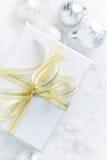 Gåva för vit jul med ett guld- band Royaltyfri Bild
