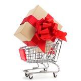 Gåva i en shoppingvagn Arkivbild