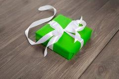 Gåva i grönt emballage med ett band Royaltyfri Bild