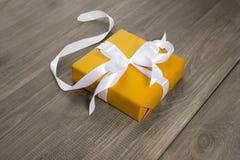 Gåva i guld- emballage Royaltyfria Bilder