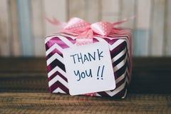Gåva/gåva med en tacka dig att notera Arkivfoton