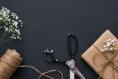 Gåva med förälskelse Handgjord ask med kraft brunt papper fotografering för bildbyråer