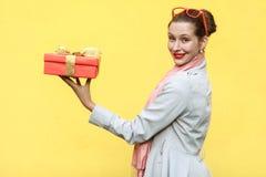 Gåva med förälskelse Intressant ljust rödbrun ung vuxen kvinna som står pr royaltyfri bild