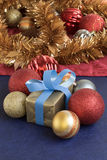 Gåva- och julbollar i guld- bakgrund Fotografering för Bildbyråer