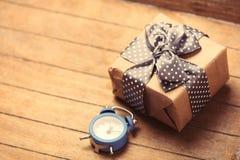 gåva och klocka Royaltyfri Bild