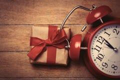 gåva och klocka Fotografering för Bildbyråer