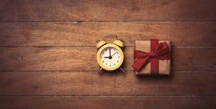 gåva och klocka Arkivbild