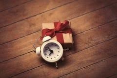 gåva och klocka Arkivbilder