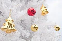 Gåva och toys på den vita jultreen Royaltyfria Foton