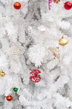 Gåva och toys på den vita jultreen Royaltyfria Bilder