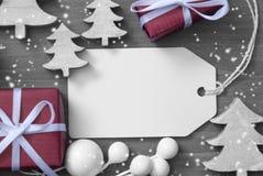 Gåva och träd för utrymme för juletikettkopia royaltyfri foto