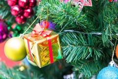Gåva på cristmasträd royaltyfria bilder
