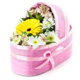 Gåva-sittvagn av nya blommor för födelsen av barnet royaltyfri bild