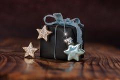 Gåva som dekoreras för jul arkivfoto