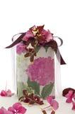 Gåva som dekoreras med band och blommor Arkivbild
