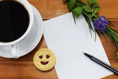 Gåva, varmt kaffe med blommor och ett ställe som ska gratuleras Royaltyfri Foto