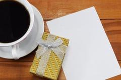 Gåva, varmt kaffe med blommor och ett ställe som ska gratuleras Royaltyfri Bild