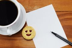 Gåva, varmt kaffe med blommor och ett ställe som ska gratuleras Royaltyfria Bilder