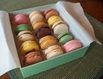 Gåvaask av franska Macarons Arkivbild