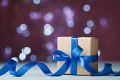 Gåvaask eller gåva mot festlig bokehbakgrund Semestra hälsningkortet för jul, nytt år eller födelsedag arkivfoto