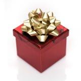 Gåvaask för röd fyrkant med garnering med guld- band för dag för valentin` s Fotografering för Bildbyråer