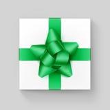Gåvaask för vit fyrkant med skinande gröna Emerald Ribbon Bow Close upp bästa sikt på bakgrund royaltyfri illustrationer