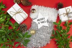 Gåvaask för vit jul på röd bakgrund som dekoreras med gräsplan arkivbild