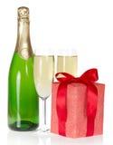 Gåvaask, flaska av champagne och vinexponeringsglasen fotografering för bildbyråer
