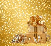 Gåvaask i guld- inpackningspapper Royaltyfria Bilder