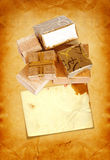 Gåvaask i guld- inpackningspapper på pappbakgrund Arkivfoto