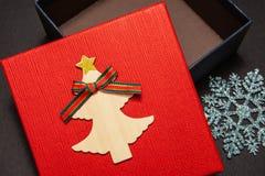 Gåvaask i rött med en snöflinga för en gåva för ett nytt år eller en födelsedag Närbild arkivfoto