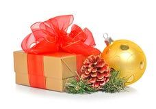 Gåvaask, julbaubles och kotte Royaltyfria Bilder