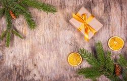 Gåvaask med den guld- pilbågen på härlig julbakgrund Royaltyfri Bild