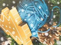 Gåvaask med den woolen vinterclewen på gröna filialer snow Arkivfoton