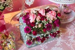 Gåvaask med färgrika rosor Fyrhörnig födelsedagblommabukett Buketter av pappers- blommor i fyrkantiga askar för en papp Royaltyfri Fotografi
