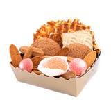 Gåvaask med kakor och den isolerade fruktgodisen Arkivbild