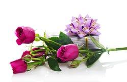 Gåvaask och de fina rosorna Arkivfoto