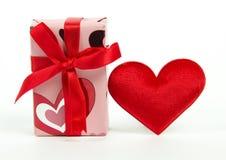 Gåvaask och röd hjärta Arkivfoto