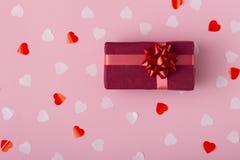 Gåvaask på bakgrund för pastellfärgad färg med bästa sikt för konfettier, perent som slås in i dekorativt papper, begreppsferier  royaltyfri foto