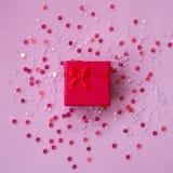 Gåvaask på en rosa bakgrund arkivbilder