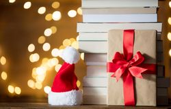 Gåvaask, Santa Claus hatt och hög av böcker Royaltyfri Fotografi