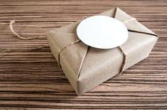 Gåvaask som slås in i kraft papper och lantlig hampa som naturlig lantlig stil royaltyfria foton